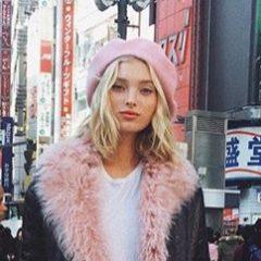 日本旅行中のエルザ・ホスク ピンクとブラックの甘辛コーデで渋谷に登場