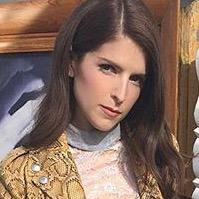 モデルは青春映画の主人公! アナ・ケンドリックのアニマル柄×チェック柄コーデ