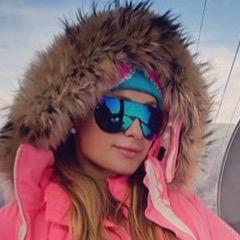 プラダのジャケットやサングラス!? 雪山でもセレブは一味違う