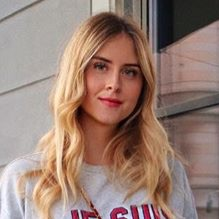 ヴァレンティナ・フェラーニに学ぶ スウェットとデニムスカートをレディに昇華する方法