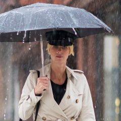 これは真似したい! ニッキー・ヒルトンの見た目も機能性もカバーした雨の日コーデ