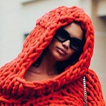 サラ・サンパイオが見せた 冬の定番アイテム、ニットの斬新な着こなし