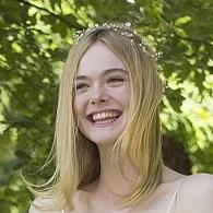 まるで妖精のよう 20歳になったエル・ファニングの可憐なドレス姿をプレイバック