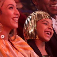 早くもクイーンの風格! ビヨンセの娘ブルー・アイビーちゃんがゴールドのドレスでオークションに参加