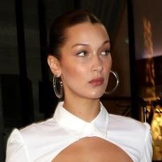 さすがはトップモデル! 定番の白シャツとデニムコーデを、唯一無二のコーデに昇華させたベラ・ハディッド