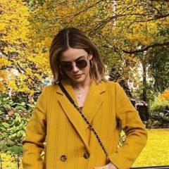 紅葉に合わせた衣替えが見事? ルーシー・ヘイルが見せる秋冬トレンドのからし色コーデ