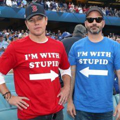 実は仲良し? 犬猿の仲マット・デイモンとジミー・キンメルが、おソロコーデで野球観戦