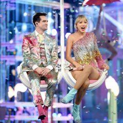 傘を使ったキュートなステージ テイラー・スウィフト新曲『ME!』を初披露
